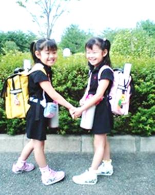 姉妹でリュックを背負って仲良く通学