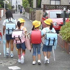 ランドセル代わりに通学リュックで登校する小学生